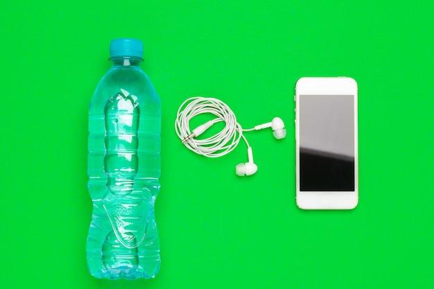 Sport, mode de vie sain et concept d'objets - gros plan d'ordinateur tablette pc avec bouteille d'eau