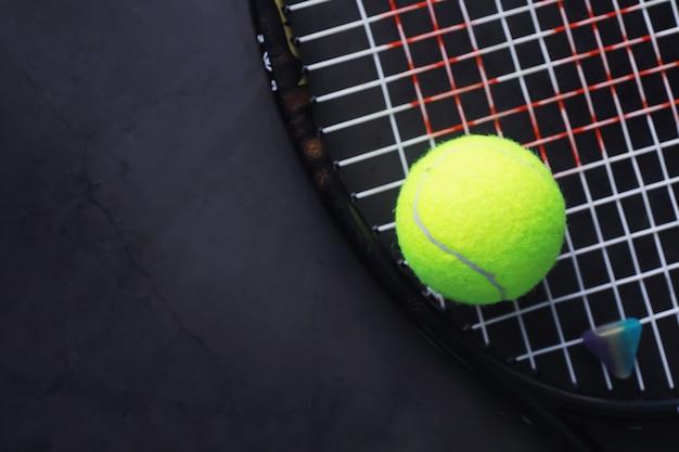Sport et mode de vie sain. tennis. balle jaune pour le tennis et une raquette sur la table. fond de sport avec concept de tennis.