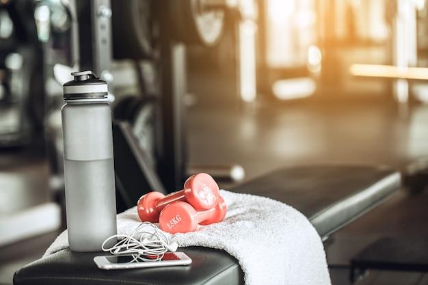 Le sport oblige l'équipement d'isolement dans le centre de forme physique