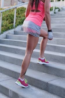 Sport en plein air, femme dans les escaliers