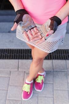 Sport en plein air, femme en gants