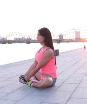 Sport en plein air, femme qui s'étend