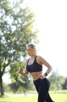 Sport en plein air, jogging fille, jogging fille