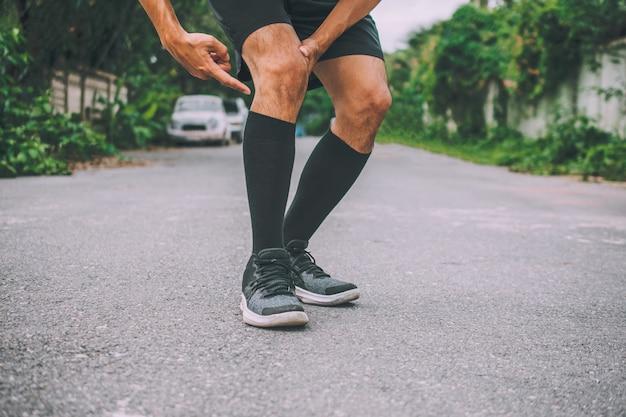 Sport runner homme douleur au genou ne peut pas exécuter la bannière de conception de photos