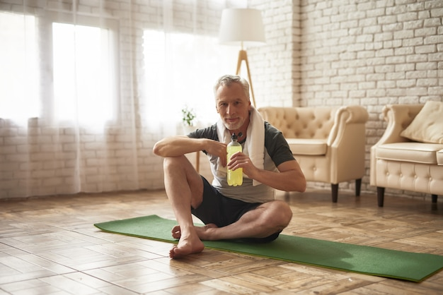 Sportif âgé a le vieillissement actif de l'eau.