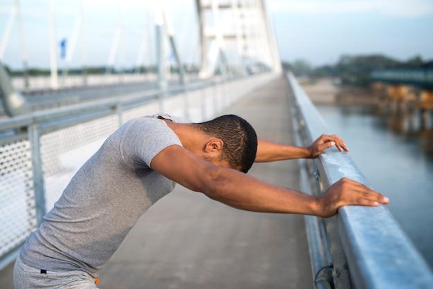 Sportif ayant des difficultés à s'entraîner, ressentant de la douleur et des problèmes de santé