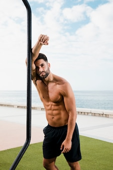 Sportif bel homme regardant la caméra