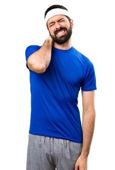 Sportif drôle avec douleur au cou sur fond blanc isolé