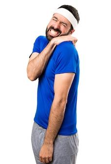 Sportif drôle avec douleur à l'épaule sur fond blanc isolé