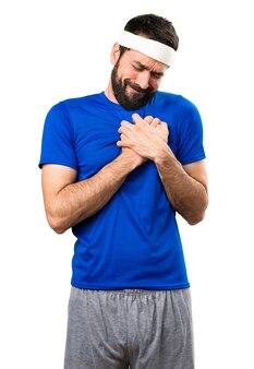 Sportif drôle avec des douleurs cardiaques sur fond blanc isolé