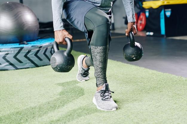 Sportif faisant des fentes de poids