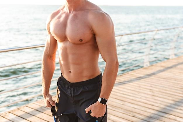 Sportif fort à l'extérieur sur la plage