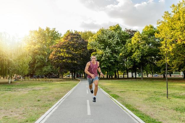 Sportif jogging dans la forêt. mode de vie sain.