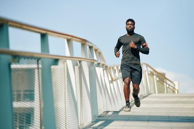 Sportif jogging sur le pont