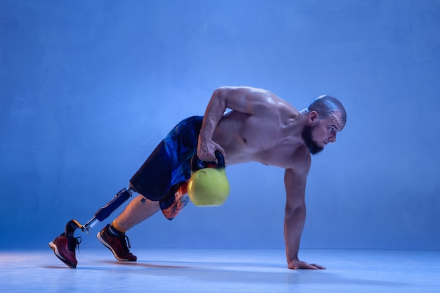 Sportif masculin professionnel avec formation de prothèse de jambe avec kettlebell