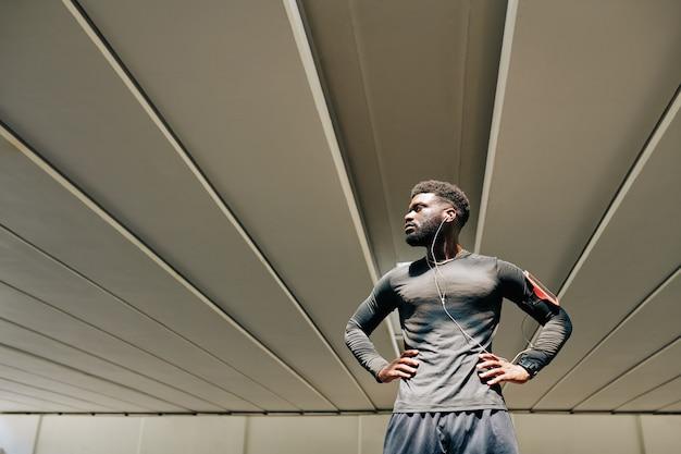 Sportif musclé confiant
