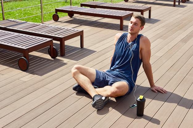 Sportif relaxant après l'entraînement