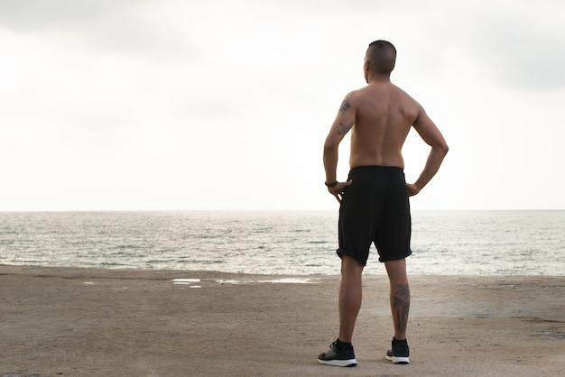 Sportif sans chemise contemplatif appréciant la nature
