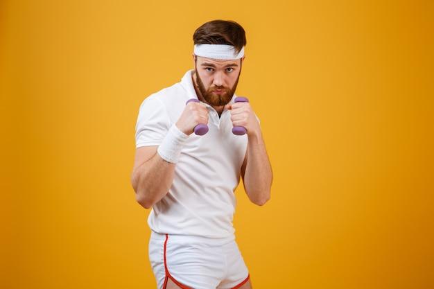Sportif sérieux montrant ses poings