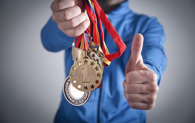 Sportif tenant des médailles. sport, gagnant, succès