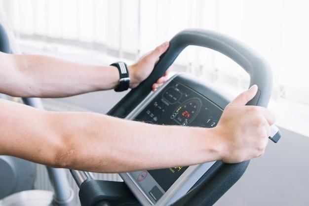 Sportif en utilisant un appareil d'exercice