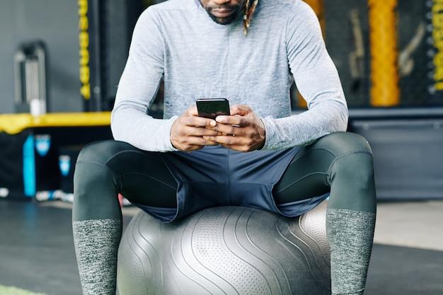 Sportif vérifiant l'application mobile de santé