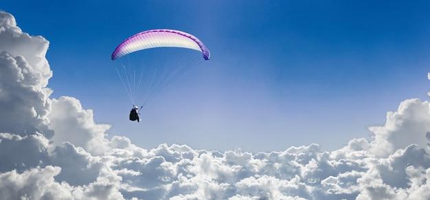 Le Sportif Volant Sur Un Parapente Dans Le Ciel Bleu Photo Premium