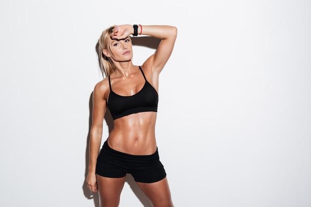 Sportive assez fatiguée posant en position debout