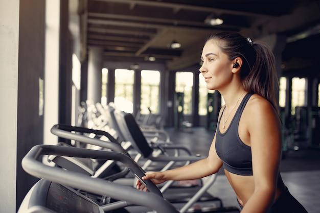 Sportive dans une formation sportswear dans une salle de sport