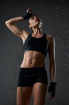 Sportive essuyant la sueur du front