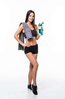 Sportive femme musclée en forme d'eau potable, isolée contre le blanc