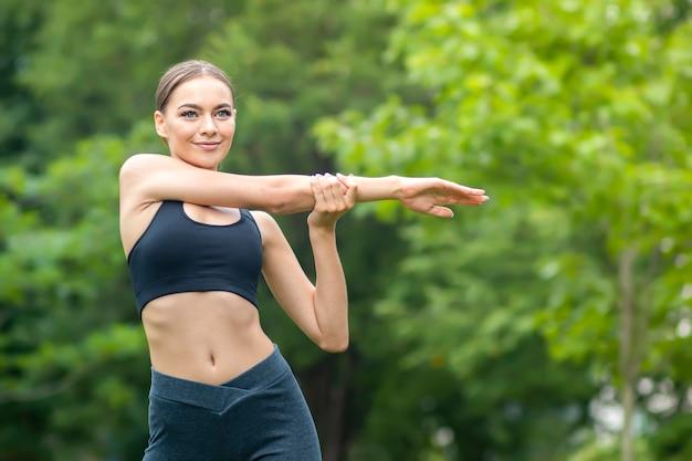 Sportive fit fille mince dans une bonne forme, belle jeune femme heureuse, faire de l'exercice