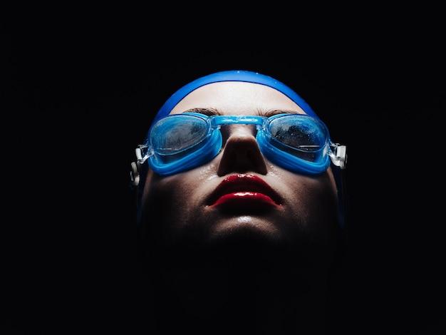 Sportive sur fond noir à lunettes pour gros plan portrait de natation