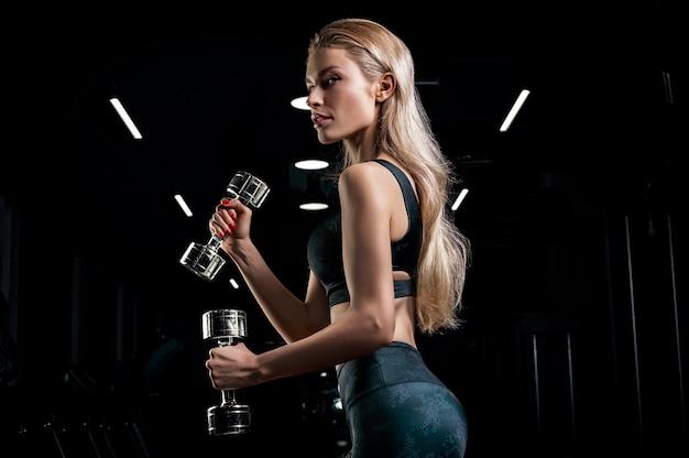 Sportive posant dans son équipement
