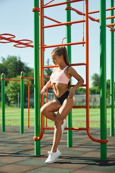 Sportive sexy posant au terrain de sport