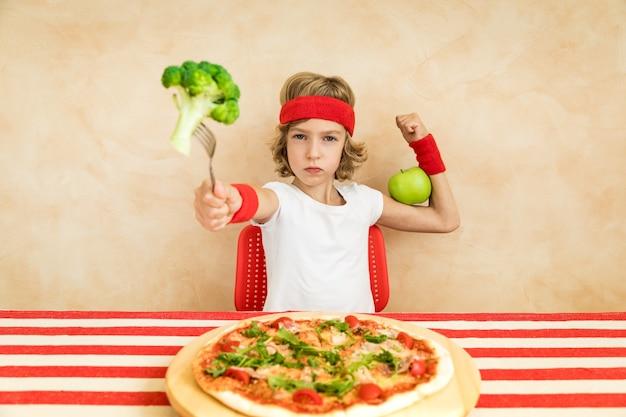Sportrsman nerd enfant mangeant des superaliments