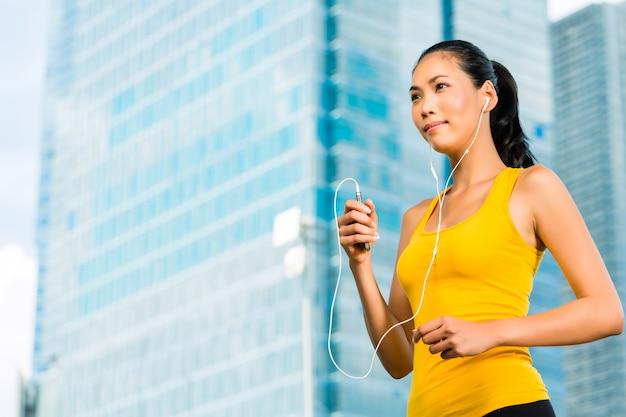 Sports urbains - fitness dans une ville asiatique ou indonésienne