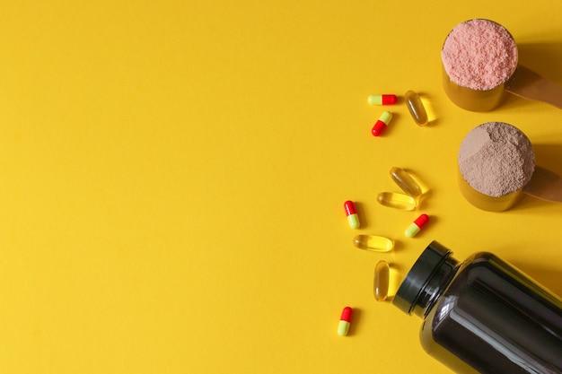 Sports, vitamines et médicaments médicaux. deux cuillères à mesurer de protéines de lactosérum