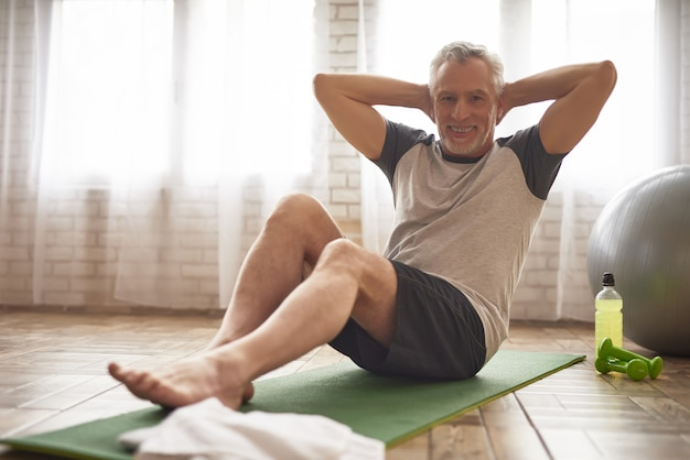Sportsman senior presse des exercices de santé.