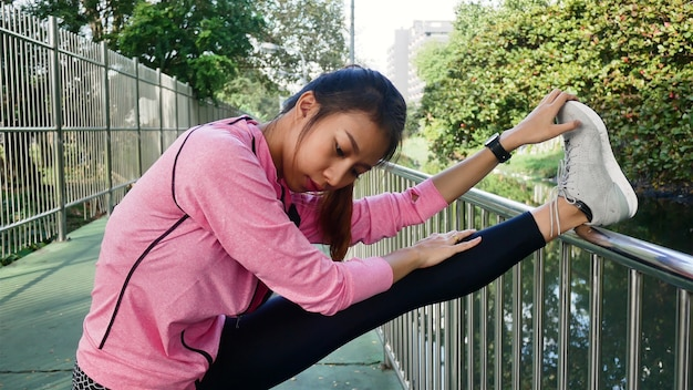 Sportswear de mode sport fille fitness faisant des exercices de fitness yoga dans la rue