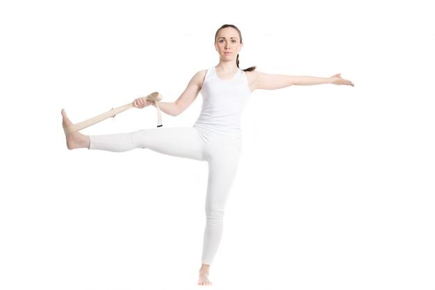 Sportswoman tendant la jambe avec une sangle