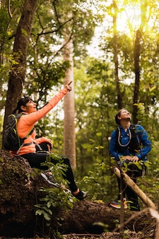 Sportswomans dans la jungle. les femmes dans une jungle. concept de sport et de plein air.