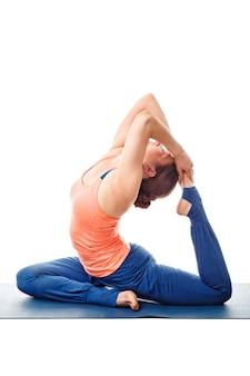 Sporty fit femme yogini faisant du yoga asana eka pada kapotasana