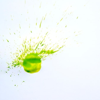 Spot d'aquarelle verte sur blanc