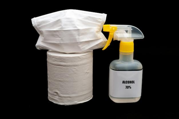 Spray d'alcool 70 avec masque chirurgical blanc et papier toilette