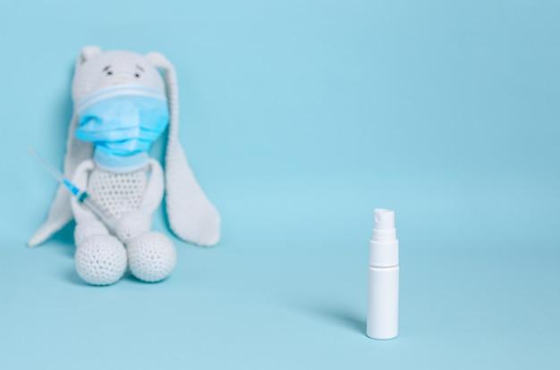 Spray blanc pour antiseptique, désinfectant sous forme de spray sur fond bleu.