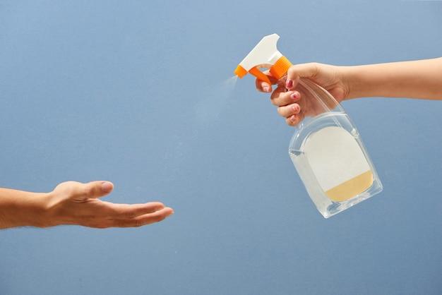 Spray désinfectant antivirus, distributeur de désinfectant pour les mains, concept de contrôle des infections.
