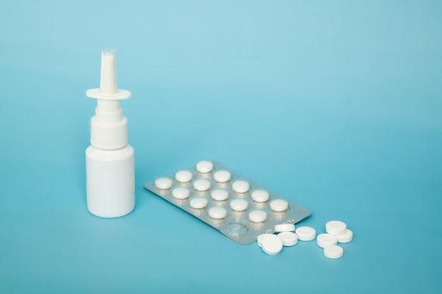 Spray nasal blanc et pilules blanches