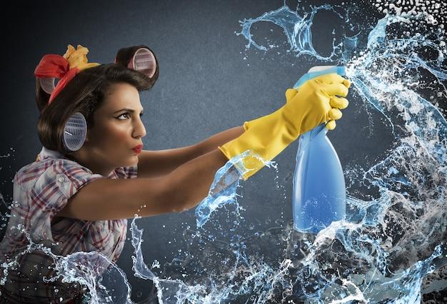 Spray nettoyant femme au foyer