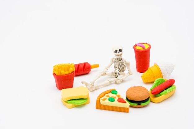 Squelette et aliments, profitez de manger jusqu'à la mort avec de la malbouffe.